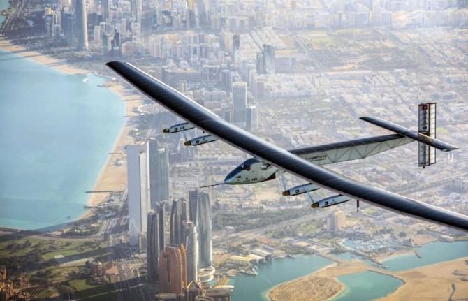 지난해 3월 아랍에미리트 아부다비국제항공에서 이륙해 아부다비 상공을 비행 중인 솔라임펄스2. 솔라임펄스2는 태양광 비행기로는 처음으로 세계 일주에 도전 중이다. - 솔라임펄스재단 제공